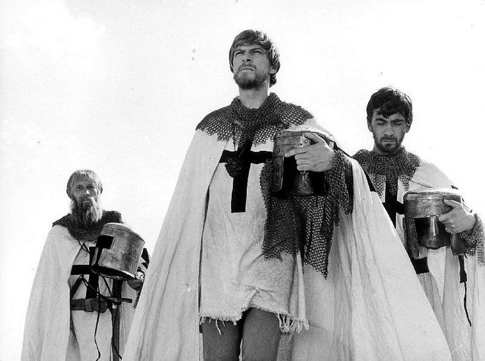 Natáčení filmu Údolí včel se odehrálo před 45 lety v Kuklově u Brlohu na Českokrumlovsku. Rytíři Ondřej (Petr Čepek, vpravo) a Armin (Jan Kačer, uprostřed).