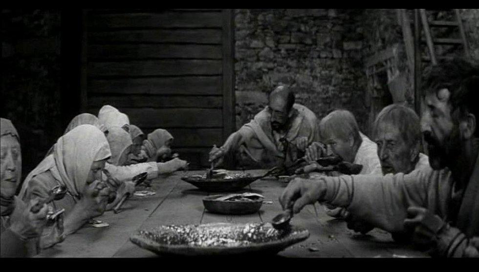 Natáčení filmu Údolí včel se odehrálo před 45 lety v Kuklově u Brlohu na Českokrumlovsku. Stolování na Kuklově v Údolí včel. Zcela vzadu Josef Bol z Brlohu.