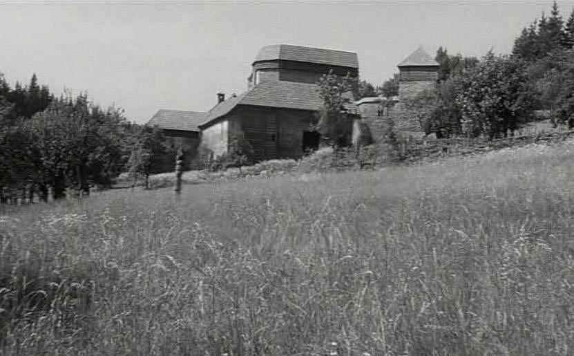 Natáčení filmu Údolí včel se odehrálo před 45 lety v Kuklově u Brlohu na Českokrumlovsku. Kuklov kvůli natáčení dostal střechy.