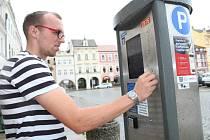 BEZ DROBNÝCH. V  Budějovicích zaplatí řidiči  ve virtuálních parkovacích hodinách, nemusí už k automatu.