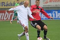 Tomáš Stráský v nedělním zápase se Žižkovem bojuje s hostujícím Šťastným.