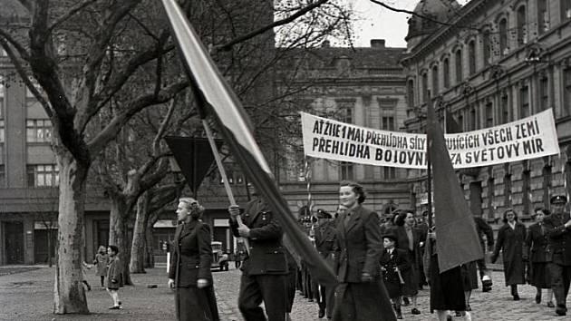 Sokolská ulice dne 1. května 1951, dnes Žižkova.