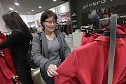 S paní Hanou jsme se vydali do pobočky Pietro Filipi v Igy centru v Českých Budějovicích. Zde jsme strávili příjemnou chvíli probíráním módních kousků. Jak paní Hana řekla, výběr oblečení ji velmi bavil.