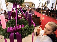 O první adventní neděli se v katolických kostelích koná obřad žehnání věnců, které si pak lidé odnáší domů.