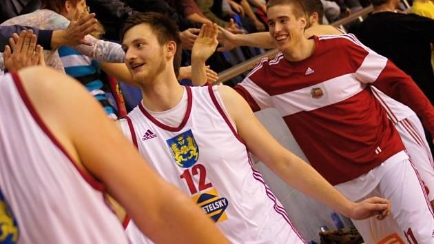 MAROD. Zraněný pivotman Karel Aušprunk (12) věří, že se bude spolu se spoluhráči radovat z postupu do play off.