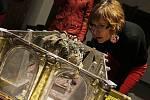 Archeologové z Archeologického ústavu Jihočeské univerzity manipulují v sakristii katedrály s relikviářem. Po jeho otevření se přítomným po stovkách let naskytl pohled shora na lebku světce, ozdobenou symbolickým věncem vítězů.