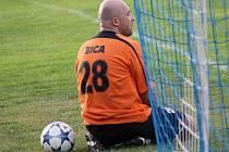 Překonaný brankář Bicek, Neplachov v okresním přeboru prohrál.