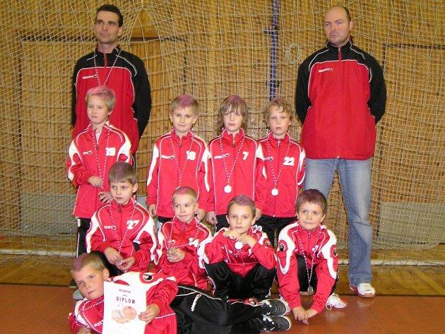 Přípravka Dynama se stříbrnými medailemi z turnaje v Dobřichovicích.