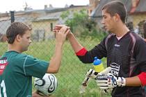 Brankář Petr Wolek (na snímku se zdraví se spoluhráčem Stejskalem) byl na turnaji v Olešníku oporou Jankova.