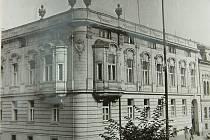 Služebna gestapa na Lannově třídě v Českých Budějovicích. Právě na gestapu začal příběh Stanislava Linharta a Jana Kamlacha po jejich zatčení.