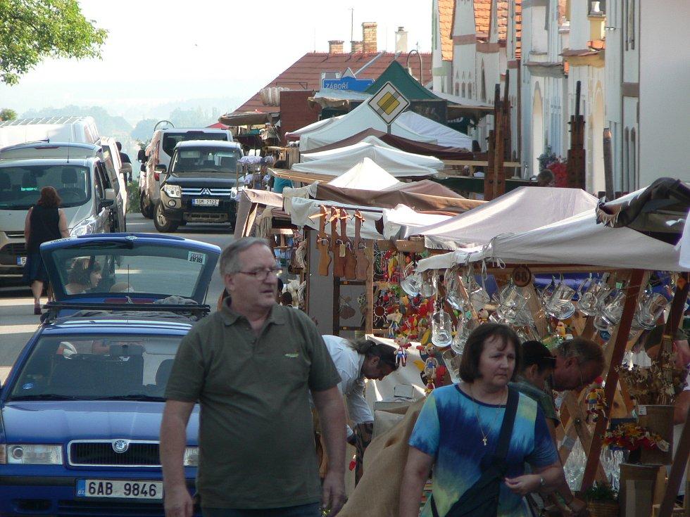 Už ráno v pátek 26. července ožila náves vesnice zapsané do seznamu UNESCO dalším ročníkem Selských slavností. K parkování slouží vyhrazená místa na okolních polích.