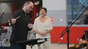 Jihočeská filharmonie a Iva Bittová na letišti