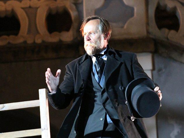 Karel Roden jako Sherlock Holmes vhlavní roli hry Pes baskervillský před otáčivým hledištěm vČeském Krumlově.