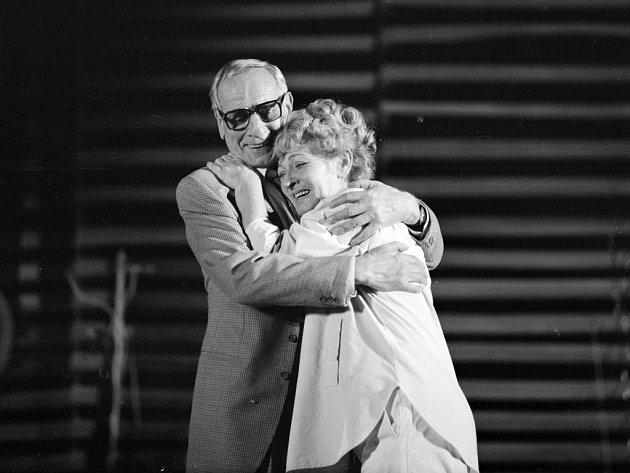 Herec Karel Roden by se 10. srpna 2014 dožil 100 let. Na snímku s Dagmar Neumannovou ve hře Zlaté jezero, 1986.
