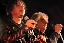 V Českém Krumlově spolu na jednom pódiu zazpívají 23. srpna Míša Leicht (vlevo), kapelník Copu, a Robert Křesťan, lídr Druhé trávy.