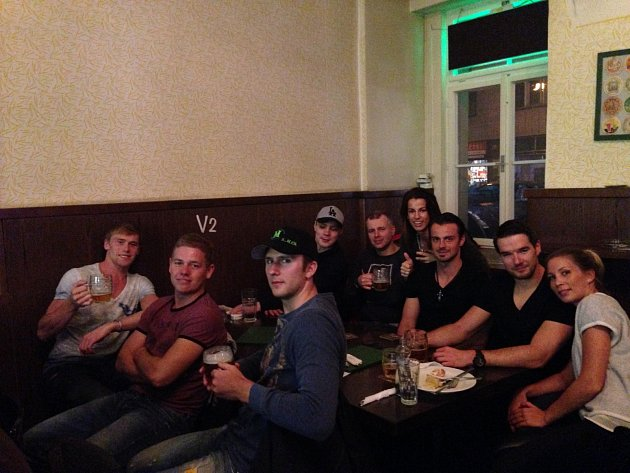 Hokejisté Lva s manželkami fandili v Praze, nejvíc drželi palce Novotnému
