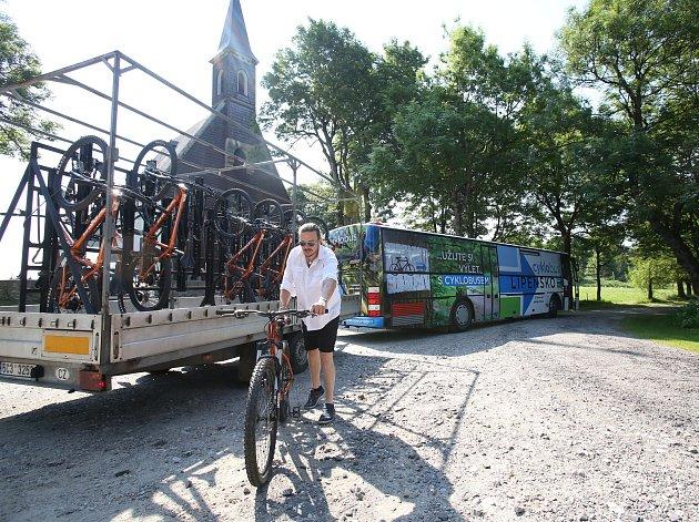 ZRomžberka do Horní Plané budou oprázdninách vozit turisty imístní dotované cyklobusy.