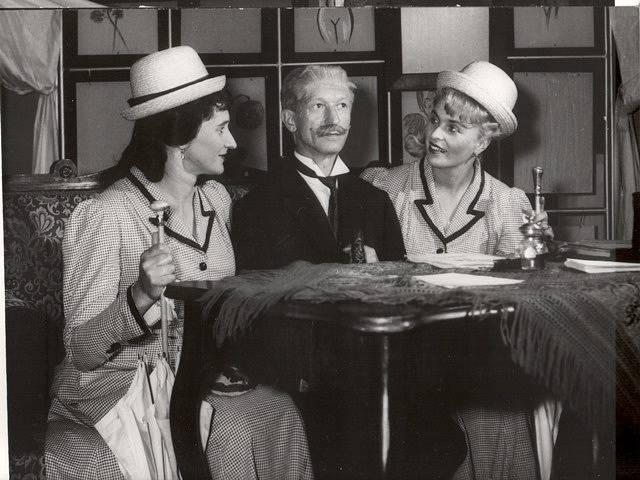 Charleyova teta. V této hře hostoval Lubomír Lipský. Na snímku Helena Stráská, Otto Schwarzmüller a Gerta Hašková.