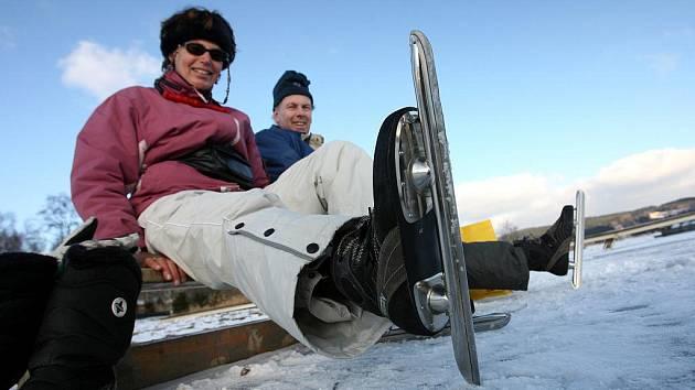 """''Pokud bude počasí příznivé, tak by o víkendu mohla mít bruslařská dráha bezpečnou tloušťku ledu,"""" zvažuje Jan Staněk, správce nejdelší ledové dráhy v Čechách, poté, co provedl kontrolní vrt a zjistil, že tloušťka ledu je 13 centimetrů."""