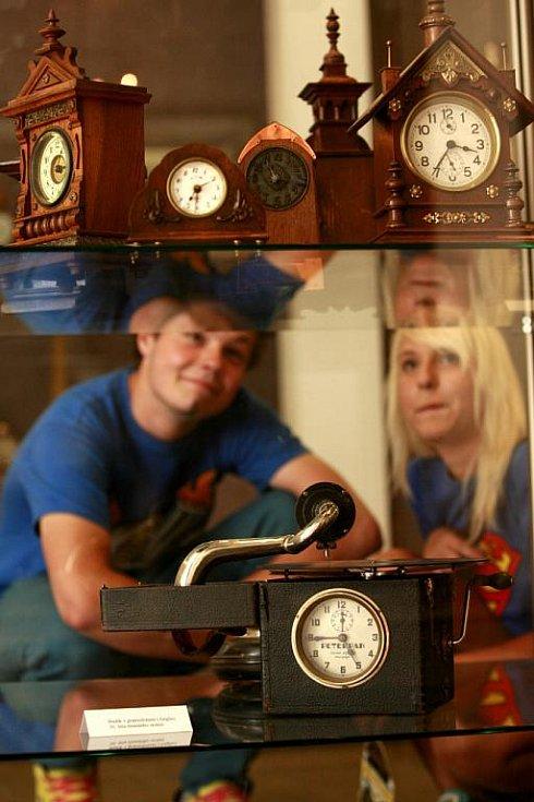 Téměř 400 budíků různých tvarů a velikostí vystavuje Prácheňské muzeum v Písku. Nejstarší hodiny jsou zhruba 140 let staré. Muzeu je zapůjčil soukromý sběratel. Vystavené budíky tvoří asi desetinu celé jeho sbírky, řekl ČTK ředitel muzea Jiří Prášek.