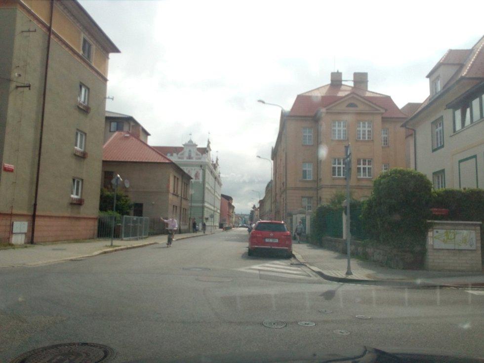 Od října 2021 budou modré zóny v Českých Budějovicích zavedeny také na Lineckém předměstí kolem Lidické třídy. Na snímku ulice Matice Školské.
