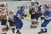 GÓL! Radek Pechánek se raduje ze svého vedoucího gólu v zápase táborských Kohoutů s Jabloncem, ve kterém nakonec domácí hokejisté vyhráli vysoko 8:2 (vpravo Pechánkův spoluhráč Jan Březina). V dalším utkání o I. ligu hraje HC Tábor dnes ve Frýdku-Místku.