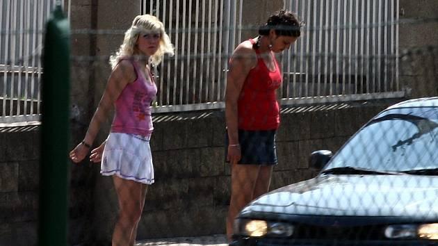Některé ženy jsou k prostituci donuceny. Také šestice obžalovaných  přiměla pohrůžkami ženy na Strakonicku a ve Vimperku, aby si vydělávaly tělem.