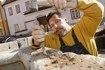 """Restaurátor Richard Rudovský pracuje i na borovanské kašně. """"V Borovanech se předělává zámek a nádvoří. Kašnu jsme celou demontovali, stavební firma položí nové základy a my ji tam zpětně osadíme, utěsníme a samozřejmě ji zrestaurujeme,"""" vysvětlujeme."""