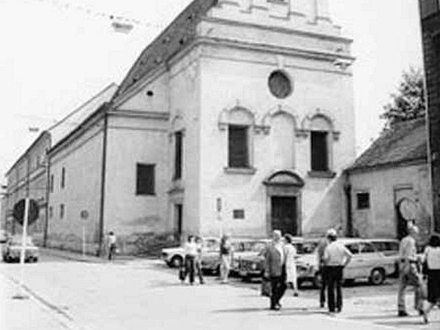 Bývalé Seminární náměstí u kostela sv. Anny před rokem 1985.
