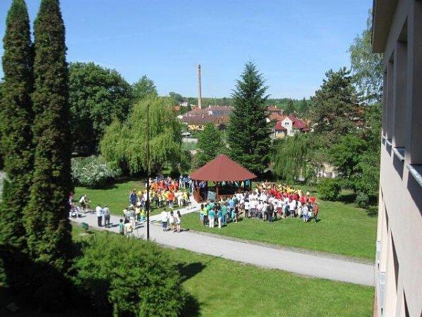 Útulný altán, na kterém pracovala nejen odborná firma, ale také sami žáci ze základní školy vTýně nad Vltavou, slouží jako venkovní učebna.