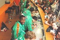 Možnost získat podpis basketbalistů zlákala na sportovním veletrhu Sport Live 2008 v Tipsport areně řadu fanoušků. Robert Landa (zcela dole) mezi hráči Liberce nemohl chybět. Kondoři v premiéře hostí 8. října úřadující mistry z Nymburku.