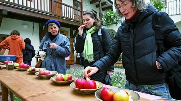 Při Jablečné sobotě v domě U Beránka se návštěvníci mohli zapojit do soutěže o nejchutnější odrůdu z deseti vystavených druhů jablek.