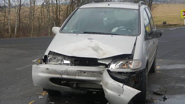 K nehodě dvou osobních automobilů vyjížděli v sobotu hasiči ke Strážkovicím.
