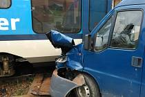 Nehoda, při níž se ve čtvrtek ráno v Nových Hodějovicích střetl osobní vlak s dodávkou, se obešla bez zranění.