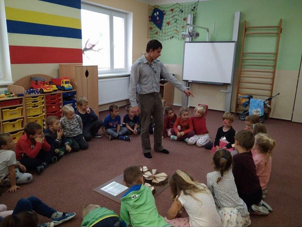 Předškoláci v Dubném se vypravili poznávat les.