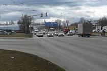Křižovatka ulice Na Dlouhé louce a Husovy třídy (na snímku) patří k nejvytíženějším v Českých Budějovicích. Město a kraj nyní plánují její přestavbu.