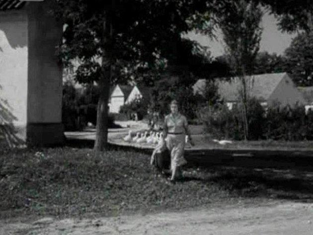 Marie Vášová kráčí po Smržově.