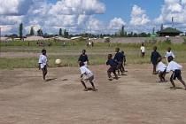 Děti ulice z hlavního města Zambie Lusaky hrají fotbal díky podpoře Jihočechů.