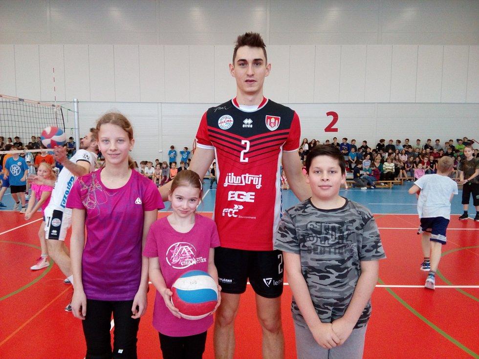 Volejbalisté Jihostroje vyrazili do ZŠ Oskara Nedbala