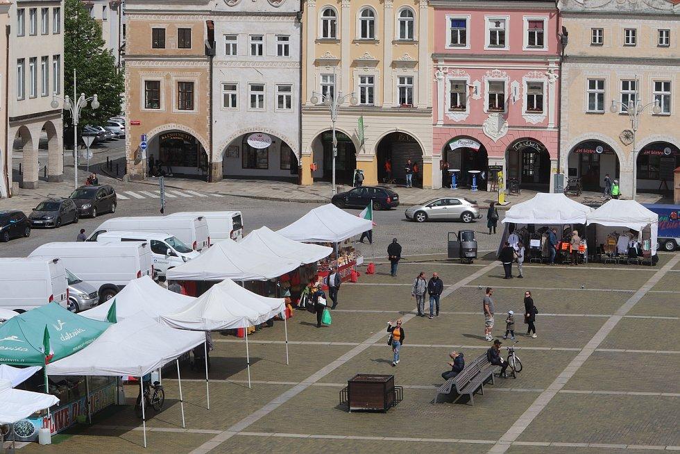 Italské potraviny na českobudějovickém náměstí a klasické italské tříkolky.