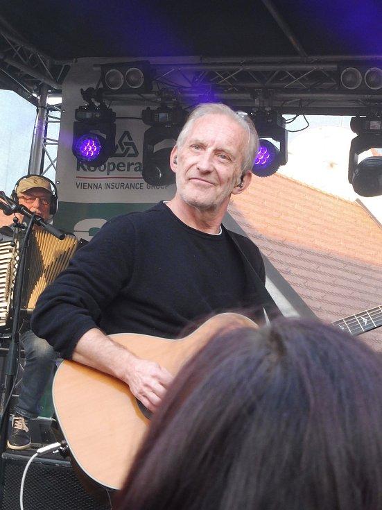Na nádvoří borovanského kláštera hrála kapela Čechomor. Na snímku František Černý.
