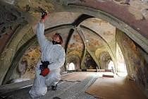 V českokrumlovském klášteře minoritů a klarisek pokračovaly 24. září práce na rozsáhlé revitalizaci za 323 miliónů korun. Na snímku restaurátorka Jana Michálková pracuje v kapli sv. Wolfganga.