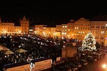 Zaplněné náměstí Přemysla Otakara II. V Českých Budějovicích při zpívání vánočních koled