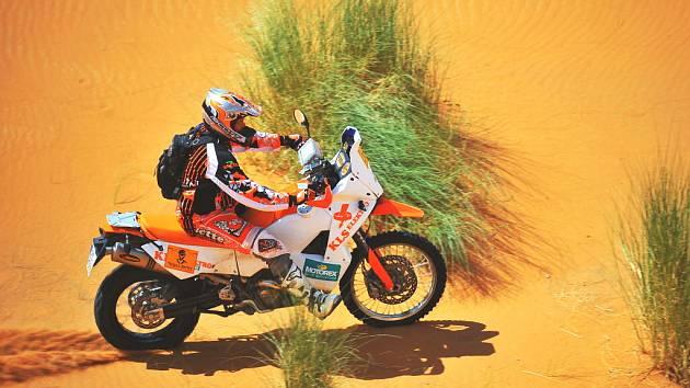 Stanislav Šach se svým motocyklem KTM uhání na plný plyn marockou pouští.