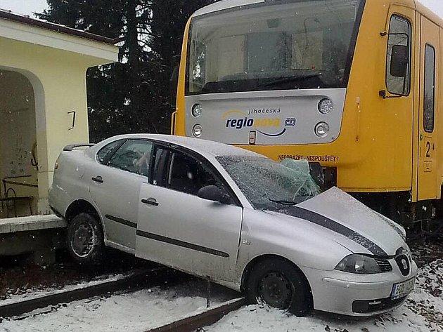 Na přejezdu v Plavské ulici se střetlo osobní auto s vlakem.