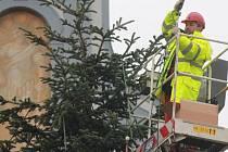 Odstrojování vánočního stromu na náměstí v Českých Budějovicích.