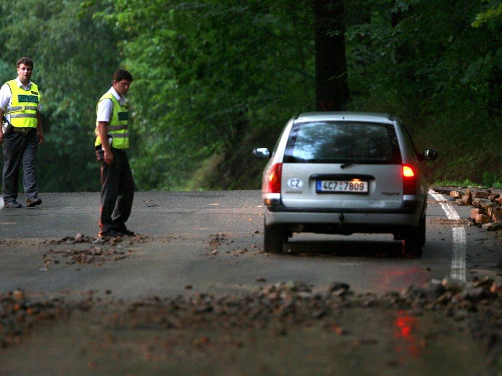 Po čtvrteční bouřce byla jen se zvýšenou opatrností průjezdná komunikace z Českých Budějovic do Hluboké nad Vltavou přes Zámostí, kde příval dešťové vody zanechal kameny a bahno.