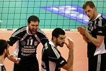 Zleva se z postupu do finále radují volejbalisté Jihostroje ČB Radek Motys, Maximo Torcello a Radek Mach