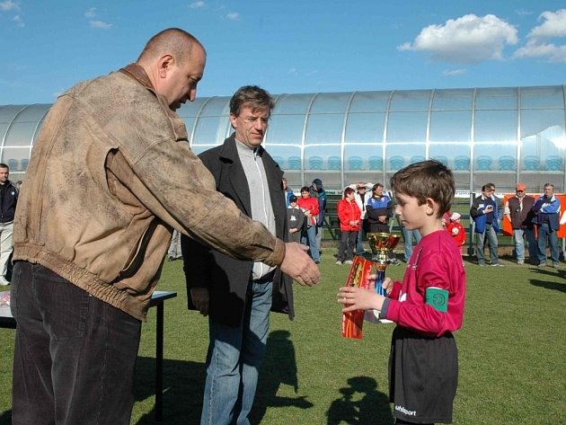 Kapitán malých fotbalistů Dynama ČB David Mráz přijímá gratulaci od Petra Skály, vedoucího střediska mládeže na Složišti