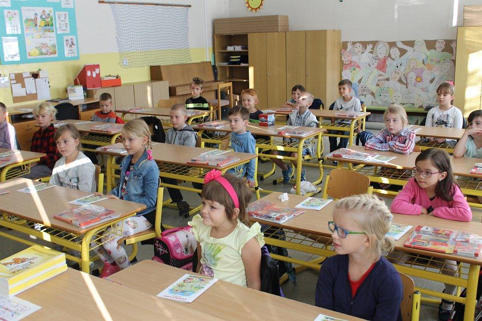 Devět prvňáků uvítali ve štěpánovické základní škole.